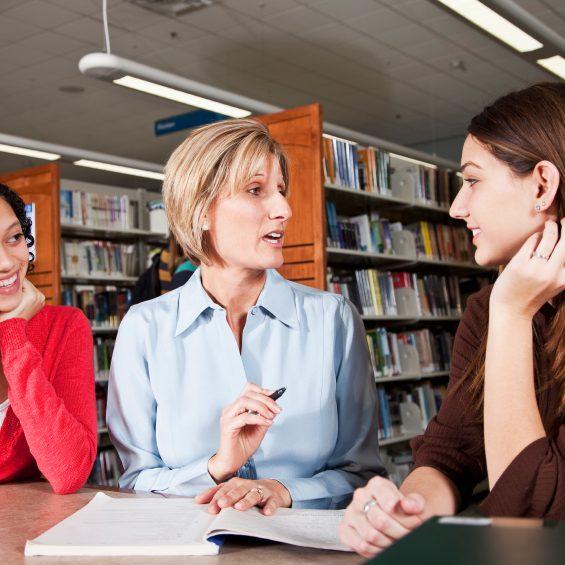 Jugendliche mit Sprachlehrerin